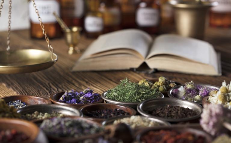 Hoe werkt kruidengeneeskunde (fytotherapie) en wat is het verschil met homeopathie?